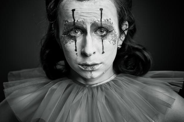 Portret kobiety przebranej za klauna