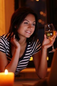 Portret kobiety przy lampce wina