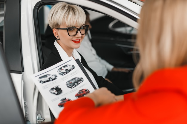 Portret kobiety przyjemność rozmawia z dystrybutorem.