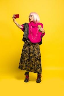 Portret kobiety rasy kaukaskiej na białym tle na żółtym tle studio, influencer być jak