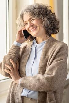 Portret kobiety rozmawia przez telefon komórkowy