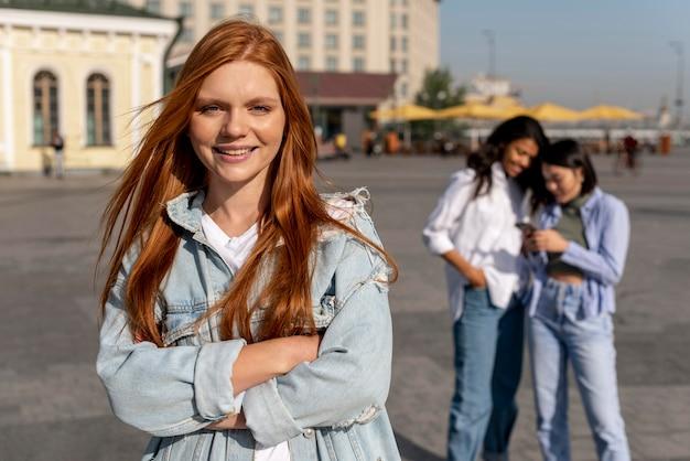 Portret kobiety rude obok przyjaciół
