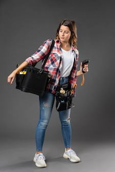 Portret kobiety rzemiosła z narzędziami