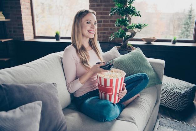 Portret kobiety siedzącej na kanapie
