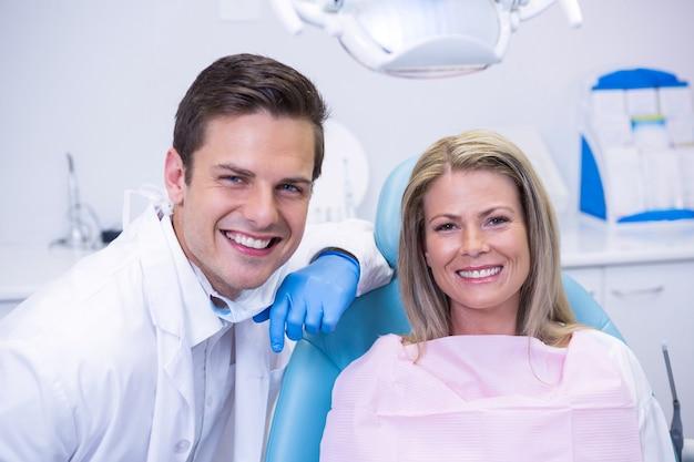 Portret kobiety siedzącej na krześle przez dentystę