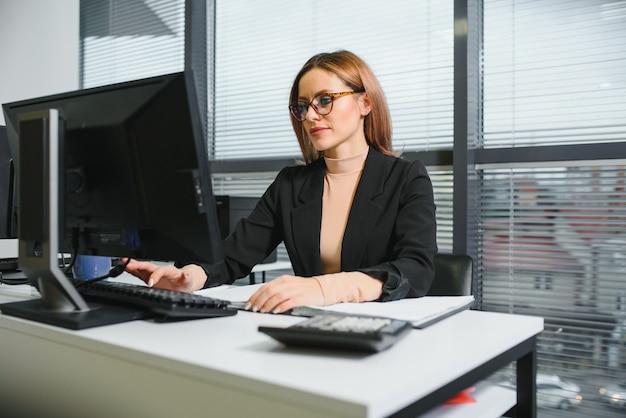 Portret kobiety siedzącej w biurze