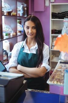 Portret kobiety sklepikarz stojący przy ladzie tureckich słodyczy