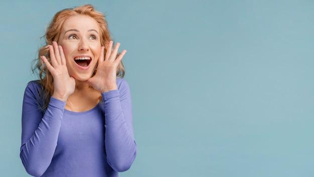 Portret kobiety śmiejąc się z miejsca na kopię