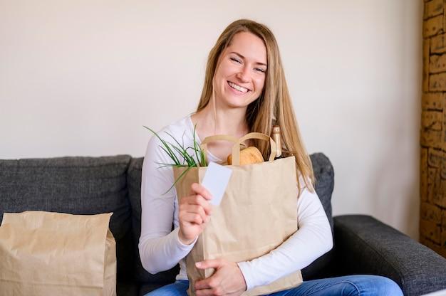 Portret kobiety smiley gospodarstwa torby na zakupy spożywcze