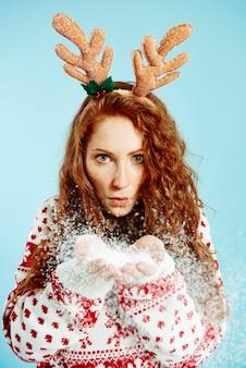Portret kobiety śnieżek w studio strzał