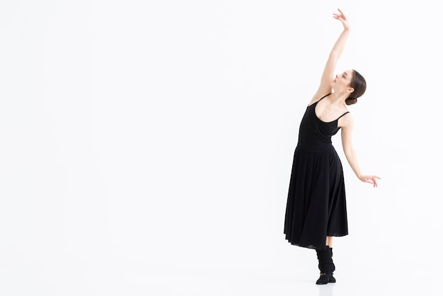 Portret kobiety spełniania taniec z elegancją