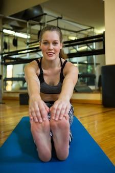 Portret kobiety sprawny wykonywania ćwiczeń rozciągających