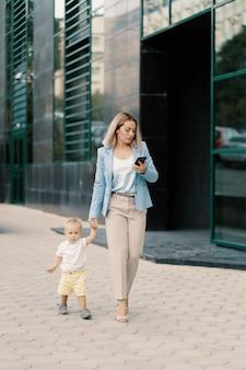 Portret kobiety sukcesu w biznesie w niebieskim kolorze z dzieckiem