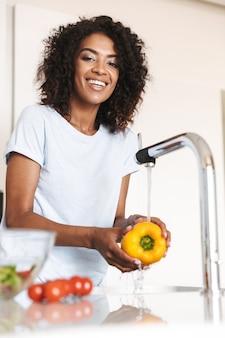 Portret kobiety szczęśliwy afro american