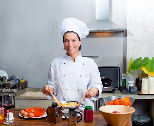 Portret kobiety szefa kuchni w kuchni