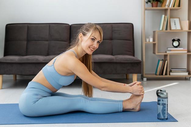 Portret kobiety szkolenia w domu