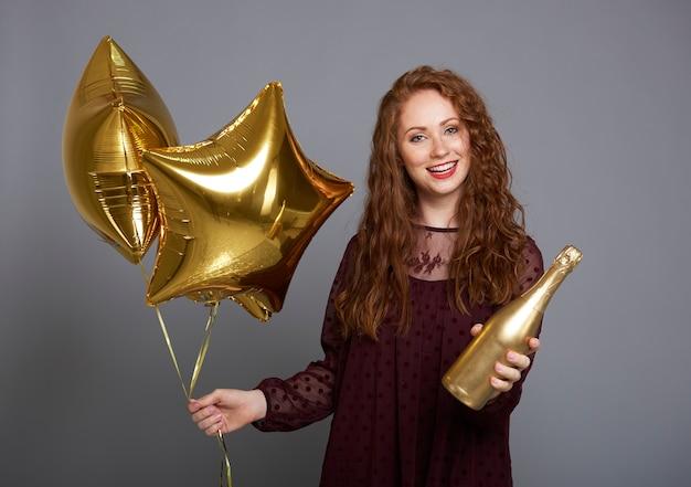 Portret kobiety trzymającej butelkę szampana