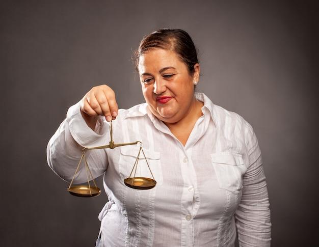 Portret kobiety trzymającej równowagę
