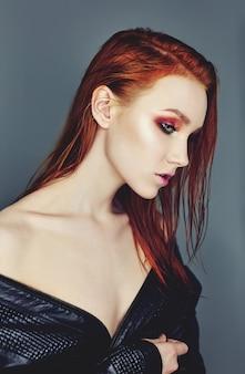 Portret kobiety twarz z czerwonym włosy. farbowanie włosów