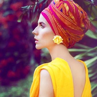Portret kobiety ubrane w kolorowe akcesoria