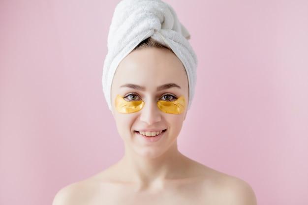 Portret kobiety uroda z plastry oczu na różowo