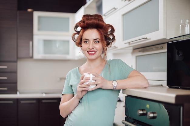 Portret kobiety w ciąży do picia herbaty