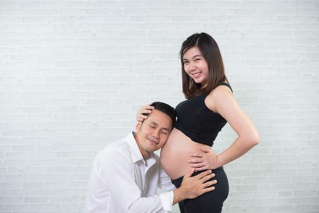 Portret kobiety w ciąży i jej mąż