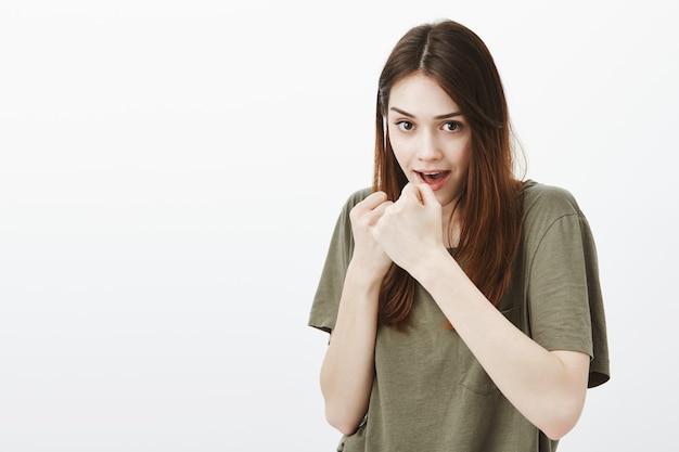 Portret kobiety w ciemnozielonej koszulce