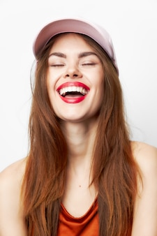 Portret kobiety w czapce śmieje się urok z zamkniętymi oczami