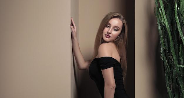 Portret kobiety w czarnej sukience