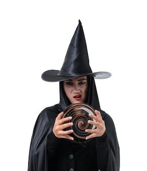 Portret kobiety w czarnym straszny czarownica halloween kostium stoj? cych w kapeluszu
