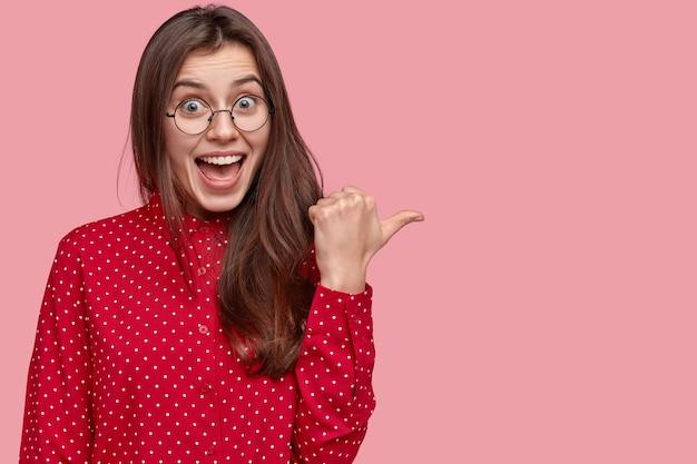 Portret kobiety w czerwonej koszuli i okrągłych okularach