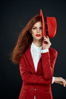 Portret kobiety w czerwonym stroju