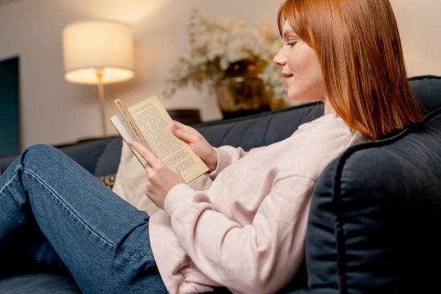 Portret kobiety w domu, czytanie książki