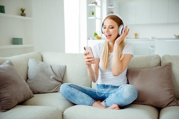 Portret kobiety w domu słuchania muzyki