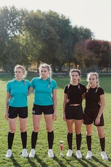 Portret kobiety w futbolowym sprzęcie