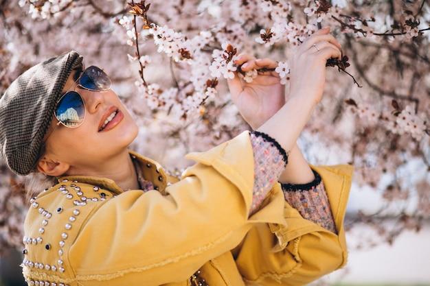 Portret kobiety w kwitnących kwiatów