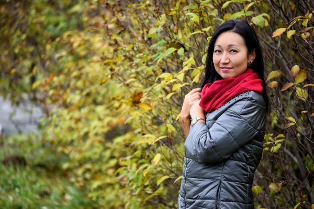 Portret kobiety w lesie w kolorach jesieni