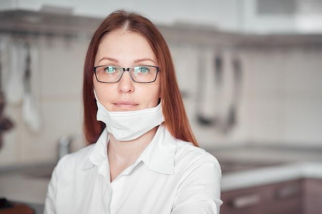 Portret kobiety w masce medycznej, osobisty sprzęt ochronny przed wirusami i chorobami