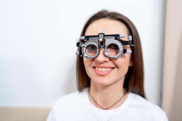Portret kobiety w okularach korekcyjnych z wymiennymi soczewkami. klinika okulistyki.