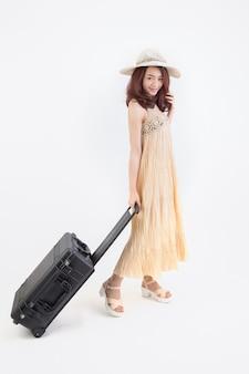 Portret kobiety w podróży. młody piękny azjatycki podróżnik kobieta z uśmiechem walizka