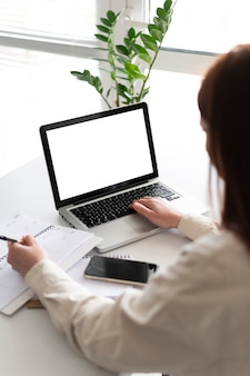 Portret kobiety w pracy o połączenie wideo