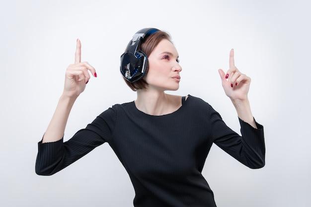 Portret kobiety w profesjonalnych słuchawkach. białe tło. koncepcja dj-a. różne środki przekazu