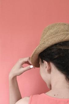 Portret kobiety w słomkowym kapeluszu koncepcja wakacji
