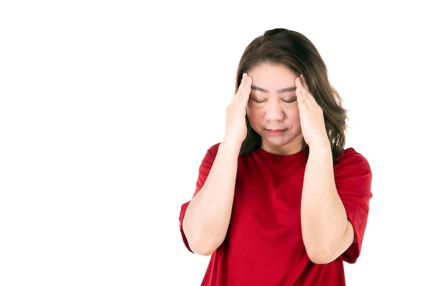 Portret kobiety w średnim wieku 40s asian kobieta kobieta w średnim wieku w jasnej czerwonej koszuli wykonywanie gestu bólu głowy z bolesnym wyrazem twarzy
