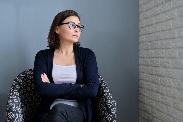 Portret kobiety w średnim wieku profesjonalny psycholog w biurze, miejsce. psychoterapia, psychologia, terapia, doradztwo, koncepcja zdrowia psychicznego