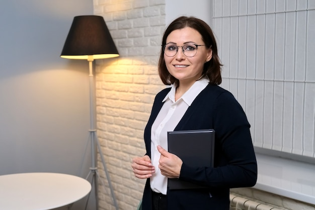 Portret kobiety w średnim wieku profesjonalny psycholog w biurze, specjalista patrząc na kamery, miejsce. psychoterapia, psychologia, terapia, doradztwo, koncepcja zdrowia psychicznego