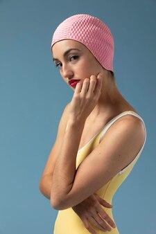Portret Kobiety W Stroju Kąpielowym W Studio Premium Zdjęcia