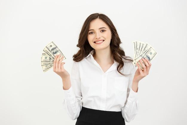 Portret kobiety wesoły młody biznes trzymając banknoty pieniądze i obchodzi