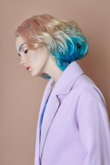 Portret kobiety wiosny jaskrawy barwiony latający włosy